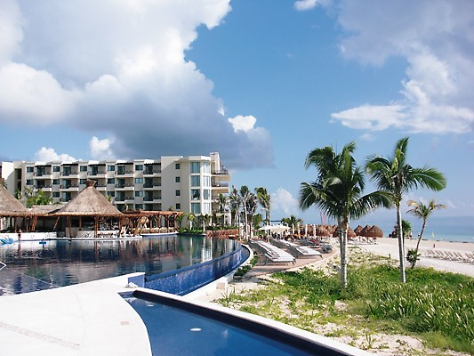 The infinity pool at Dreams Riviera Cancun